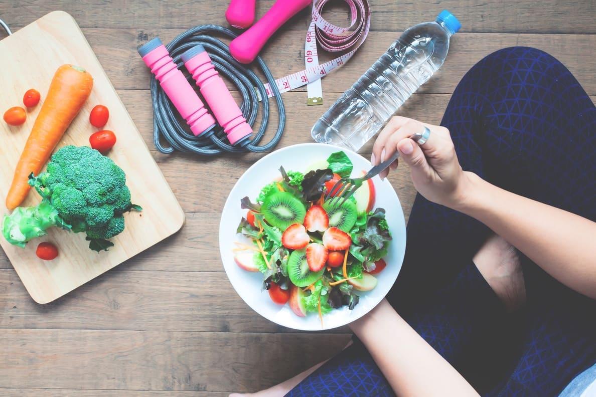 joven atleta concume alimentos saludables despues de realizar ejercicio