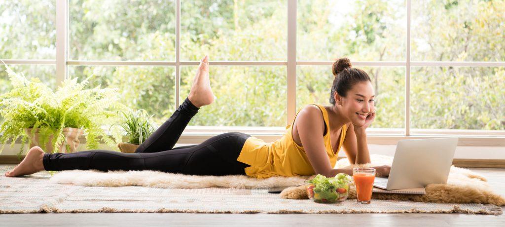 mujer joven relajada en un emtorno agradable con alimentacion saludable tratamiento del acné hormonal