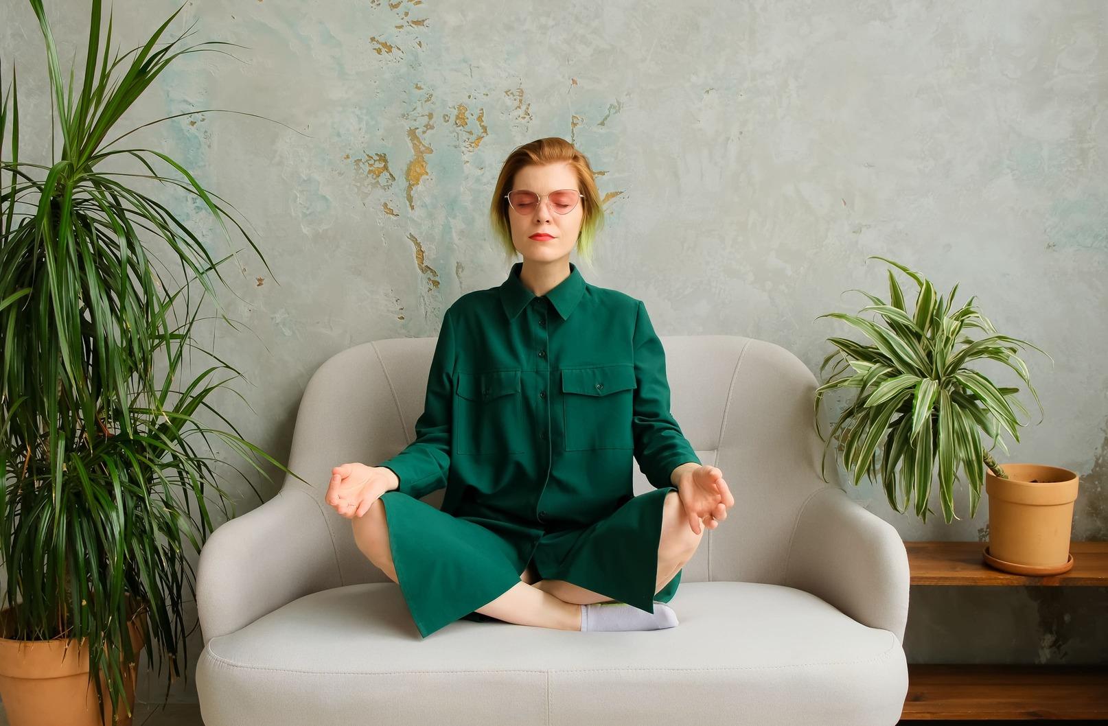 mujer medita practica yoga relajacion tratamiento acne hormonal